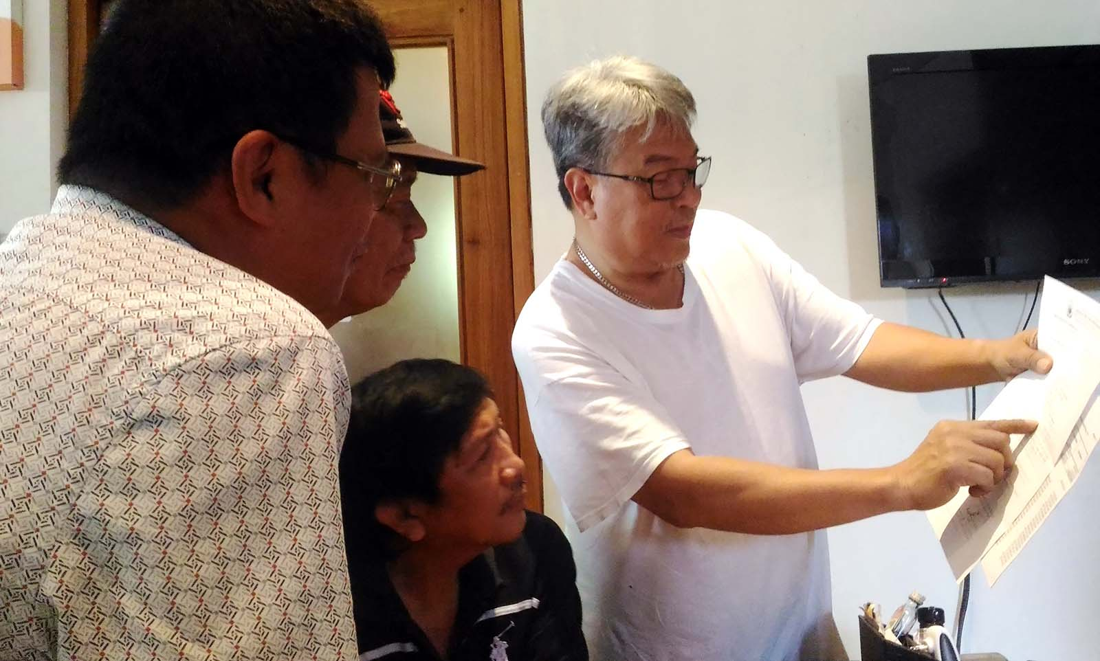 TRANSPARENCY. Cong. DV Savellano (right) shows to the media RA 7171 records relevant to his RA 7171 congressional share in one of his interviews with the members of the Ilocos Sur Integrated Press. (photo by Edward B. Antonio)