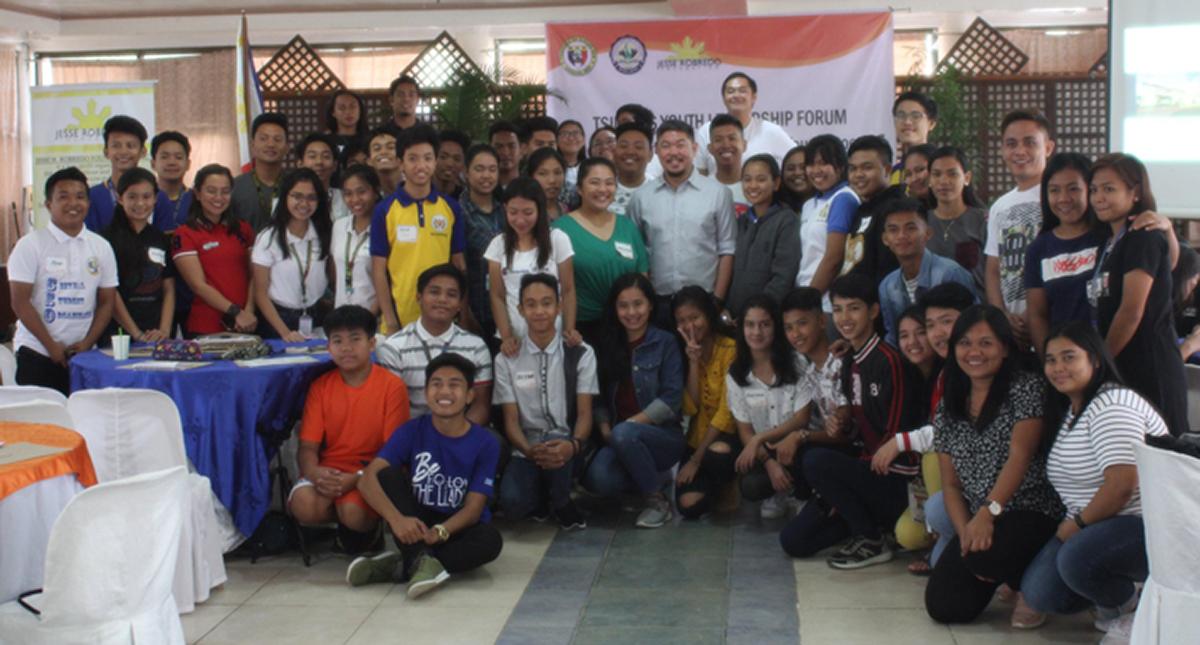 Participants of the Tsinelas Youth Leadership Forum pose with Vigan City Mayor Juan Carlso S. Medina (photo by Imelda C. Rivera / PIA Ilocos Sur)